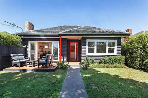 แบบบ้านไม้ชั้นเดียวสีดำแบบขรึมเหมาะสำหรับคนที่ชอบบ้านไม้ชั้นเดียว