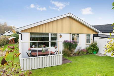 บ้านและสวน บ้านชั้นเดียว กับการออกแบบระเบียงเล็กๆ หน้าบ้าน