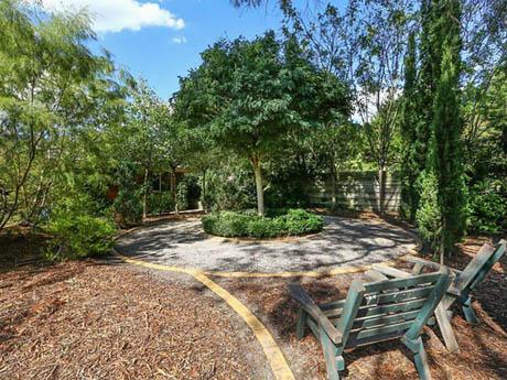 บ้านและสวน บ้านชั้นเดียวในสวนอันร่มรื่น